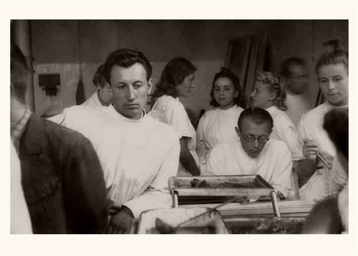 Podczas zajęć w Szkole Zaorskiego lub w Tajnym Uniwersytecie Ziem Zachodnich  na dolnym zdjęciu Henryk Winczewski oparty na lewym łokciu