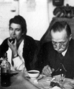 Prof. Ludwik Paszkiewicz  i dr Maria Afek-Kamińska w Zakładzie Anatomii Patologicznej
