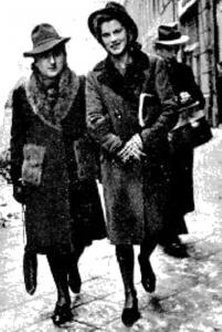 """""""Jaga"""" [Zofia Janczewska, sanitariuszka I pluton """"Sad"""" 2. kompanii """"Rudy"""", poległa 31 VIII 1944 w czasie próby przebicia ze Starówki do Śródmieścia] z """"Hanką Białą"""" [Anną Zakrzewską], poległą 11 sierpnia 1944 na ul. Kolskiej w czasie wycofywania zgrupowania """"Radosław"""" z Woli"""