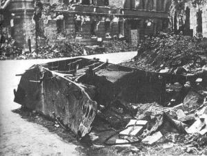 """Resztki czołgu Borgward B IV, który eksplodował przy ulicy Kilińskiego nr. 3, dnia 13 sierpnia 1944 o godzinie 18:07. W eksplozji zginęło ponad 300 osób, około stu z zgrupowania """"Róg"""", wielu z batalionów """"Gustaw"""", """"Wigry"""" i """"Gozdawa"""", oraz pareset osób cywilnych. Autor: Leonard Sempoliński Źródło: Wikipedia"""