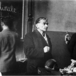 Prof. Roman Poplewski – obok (en face) kol. Jan Łoziński (1941) Źródło:Pamiętnik Towarzystwa Lekarskiego Warszawskiego – Powstanie Warszawskie i medycyna, wydanie II, Warszawa 2003 r