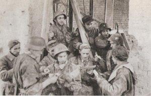 Barbara Bobrownicka ze swoimi kolegami ze 101 kompanii batalionu Bończa. Zdjęcie zrobione przez Sylwestra Brauna na zapleczu Poczty Głownej